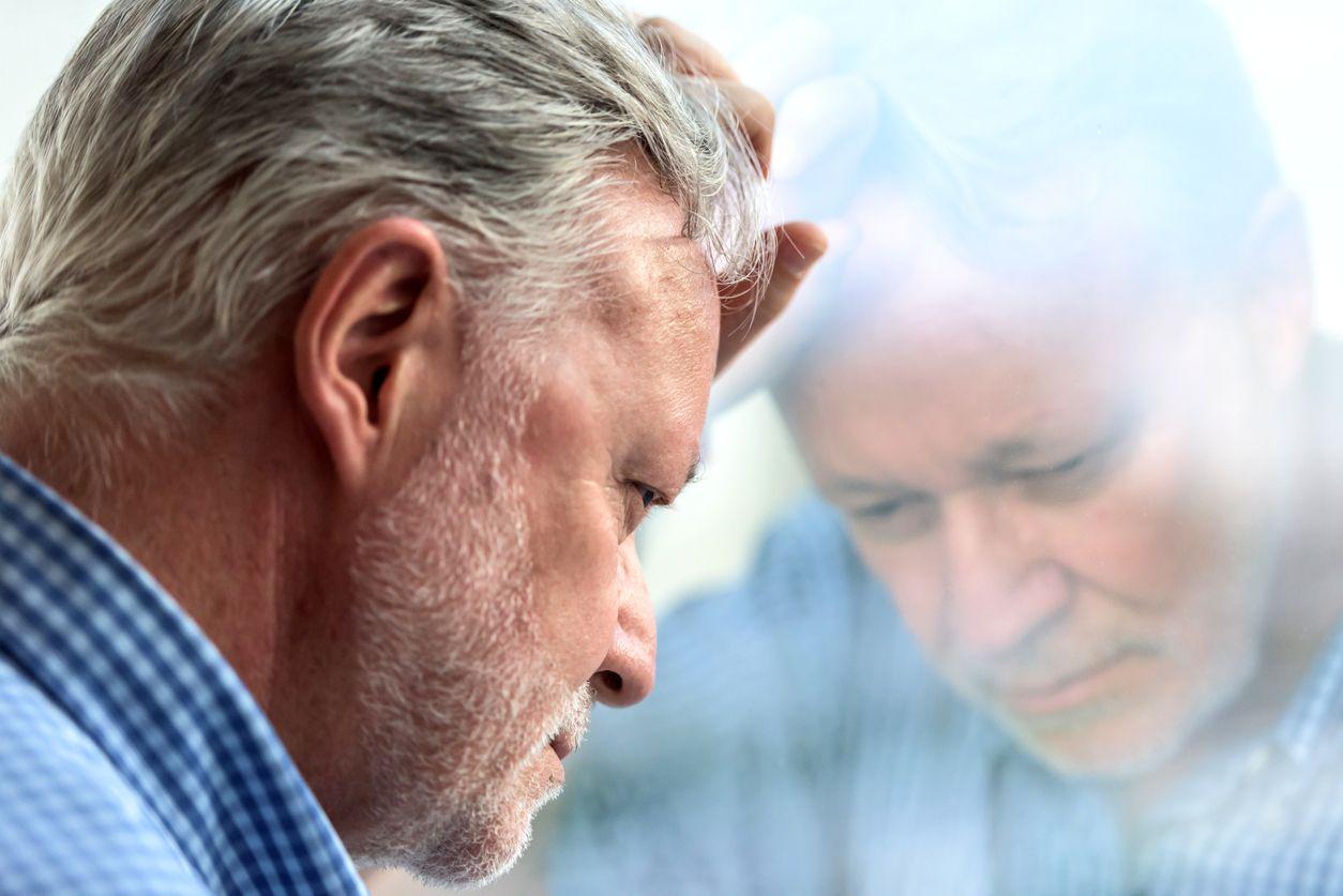 Homme souffrant de symptômes d'Alzheimer.