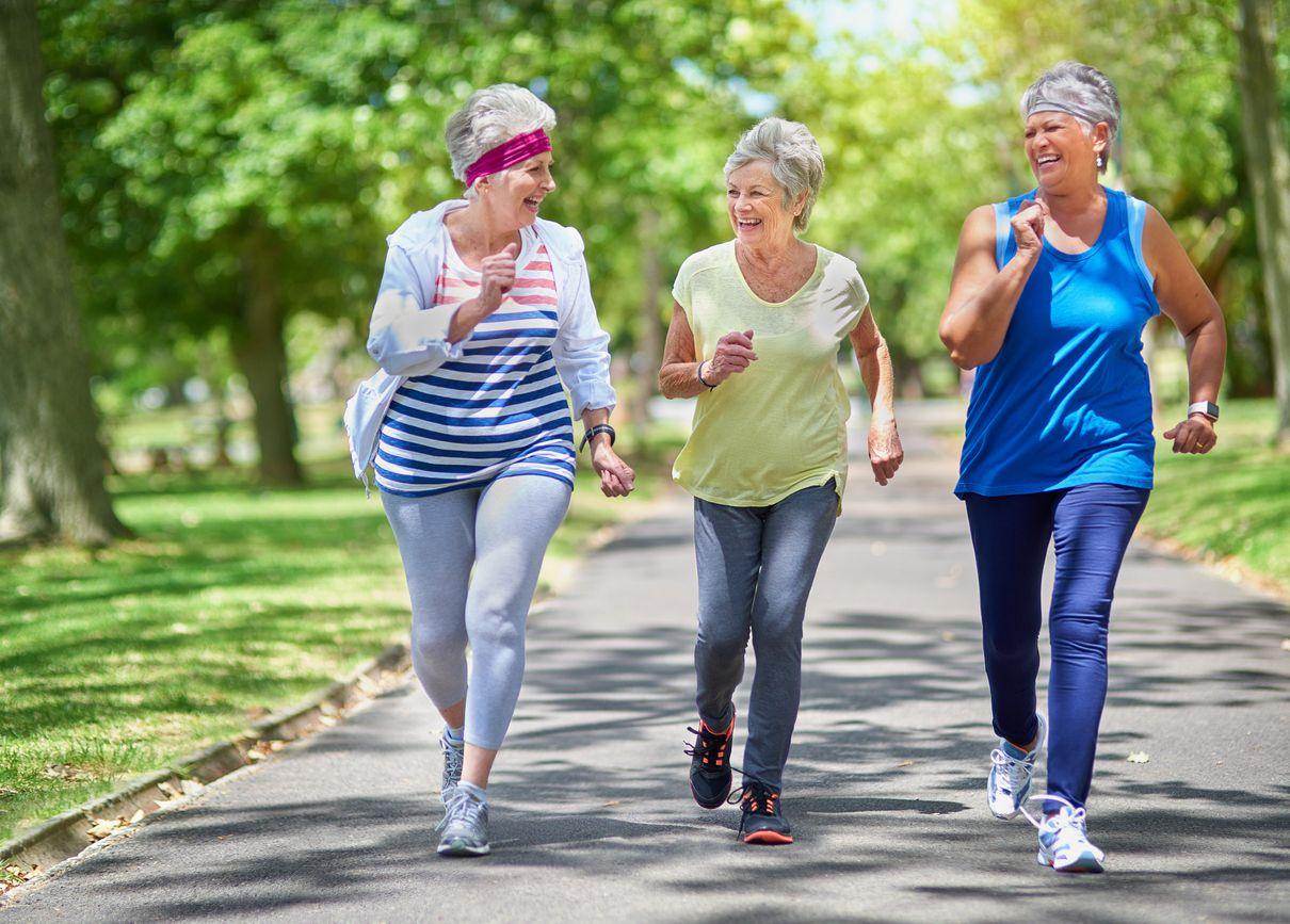 L'exercice et le maintien d'une bonne vie sociale peuvent aider à retarder l'apparition de la maladie d'Alzheimer.
