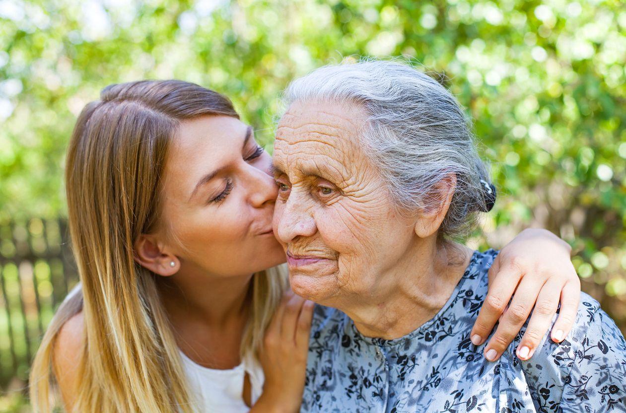 La famille joue un rôle fondamental dans la prise en charge et l'accompagnement des personnes atteintes de la maladie d'Alzheimer.