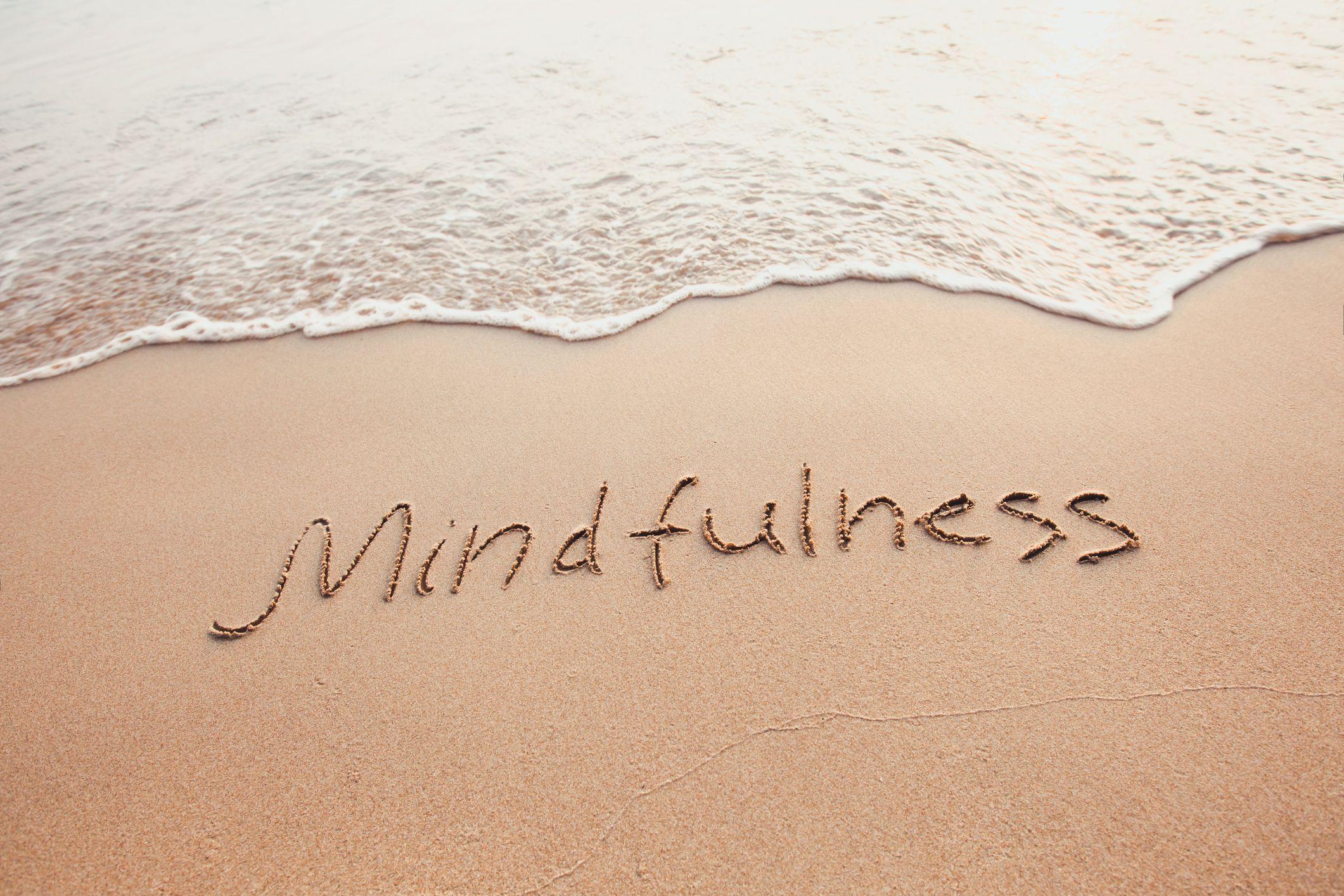 La pleine conscience se concentre sur la pleine conscience dans le moment présent sans juger nos pensées ou nos sentiments.